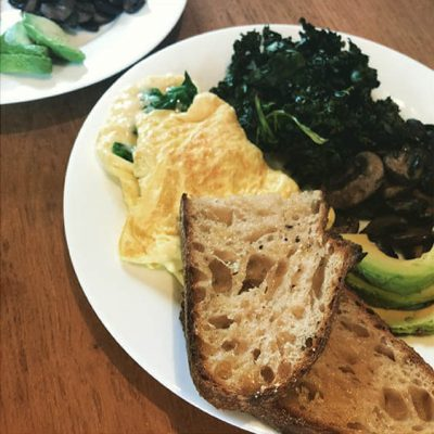 A great start to the day: Spinach omelette with avocado, roasted potatoes and crispy kale. Don't forget the Tartine toast!